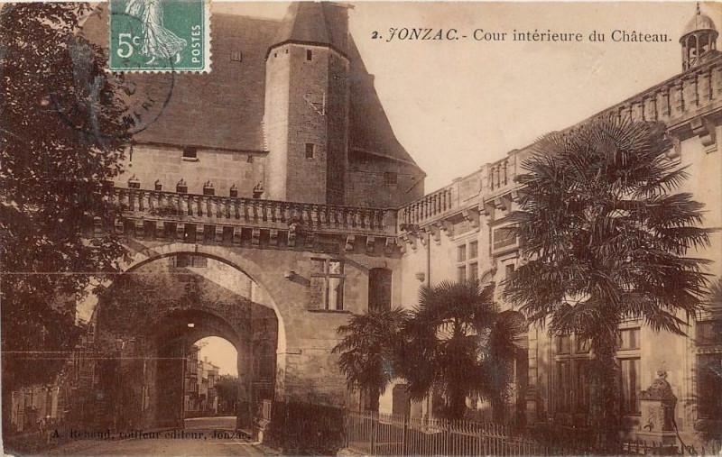 Carte postale ancienne Jonzac Cour Interieure Du Chateau (cpa émaillée à Jonzac