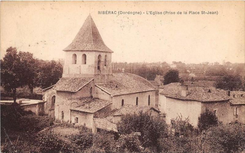Carte postale ancienne Riberac L'Eglise Prise De La Place Saint Jean à Ribérac