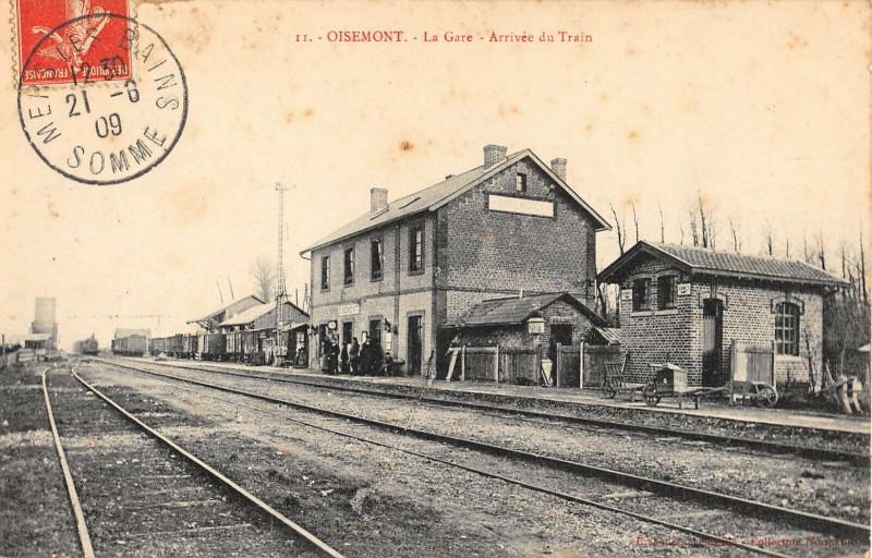 Carte postale ancienne Oisemont La Gare Arrivee Du Train à Oisemont