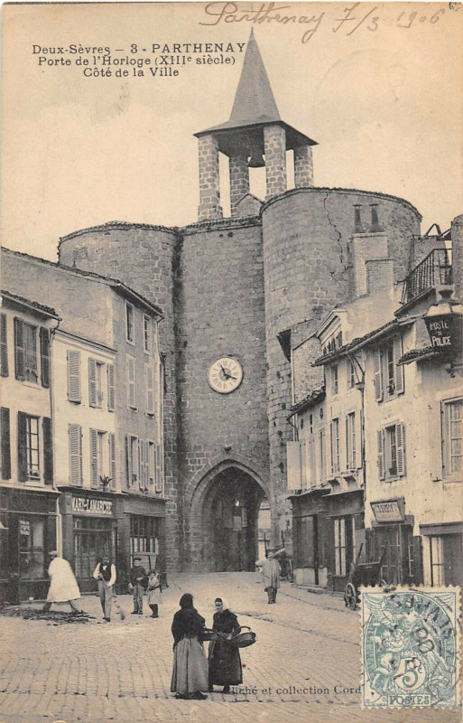 Carte postale ancienne Parthenay Porte De L'Horloge Cote De La Ville à Parthenay