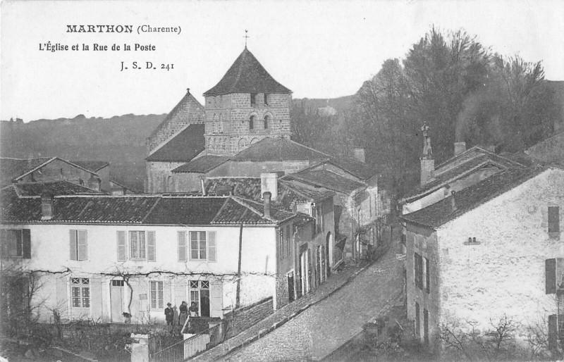 Carte postale ancienne Marthon L'Eglise Et La Rue De La Poste à Marthon