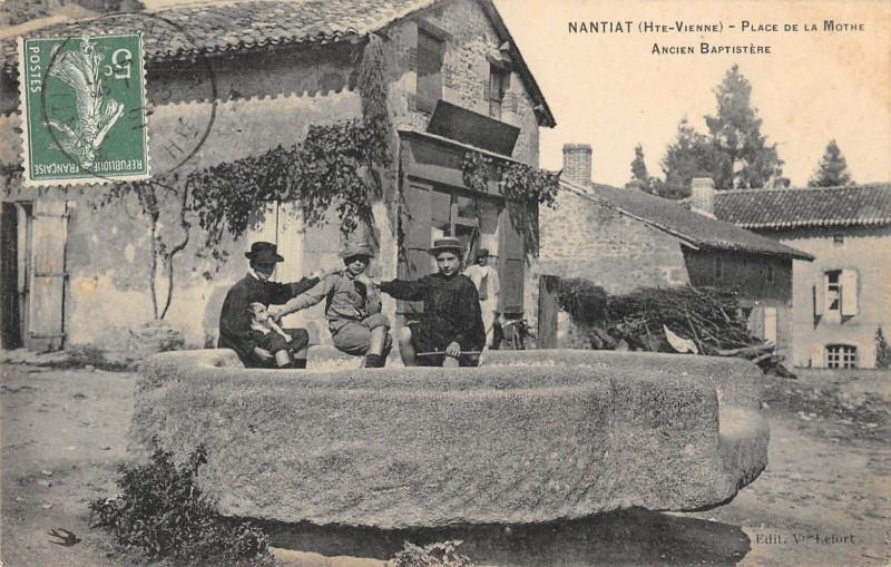 Carte postale ancienne Nantiat Place De La Motte à Nantiat
