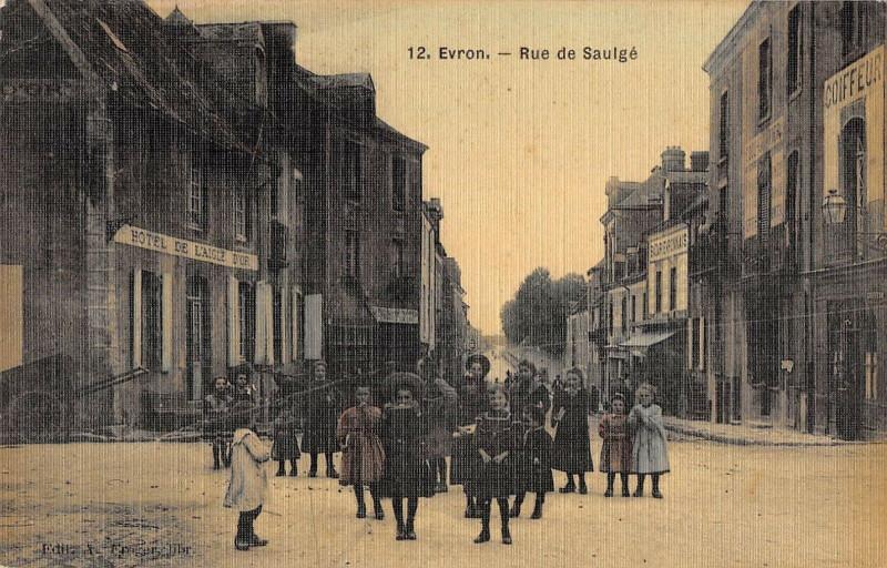 Carte postale ancienne Evron Rue De Saulge (cpa toilée émaillée à Évron