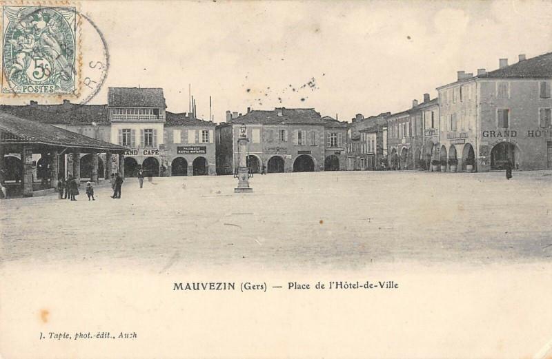Carte postale ancienne Mauvezin Place De L'Hotel De Ville à Mauvezin