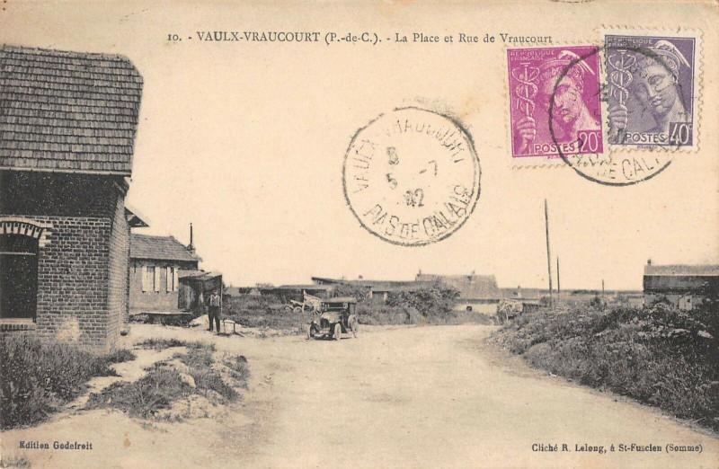 Carte postale ancienne Vaulx Vraucourt La Place Et Rue De Vraucourt à Vaulx