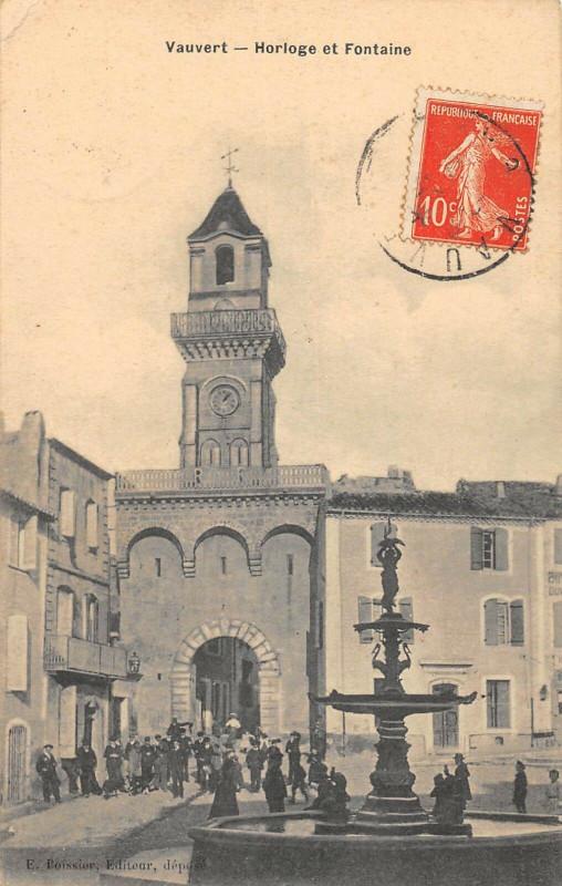 Carte postale ancienne Vauvert Horloge Et Fontaine à Vauvert