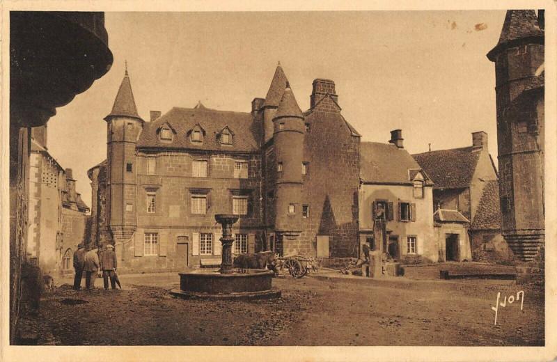 Carte postale ancienne Salers La Grande Place à Salers