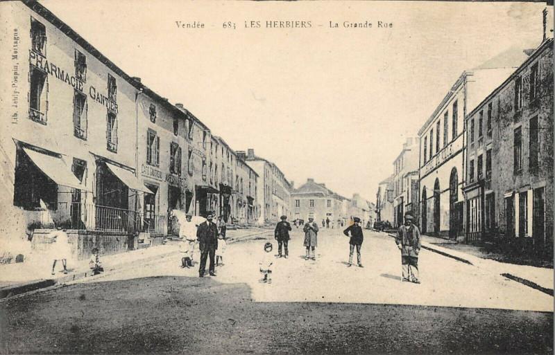 Carte postale ancienne Les Herbiers La Grande Rue aux Herbiers