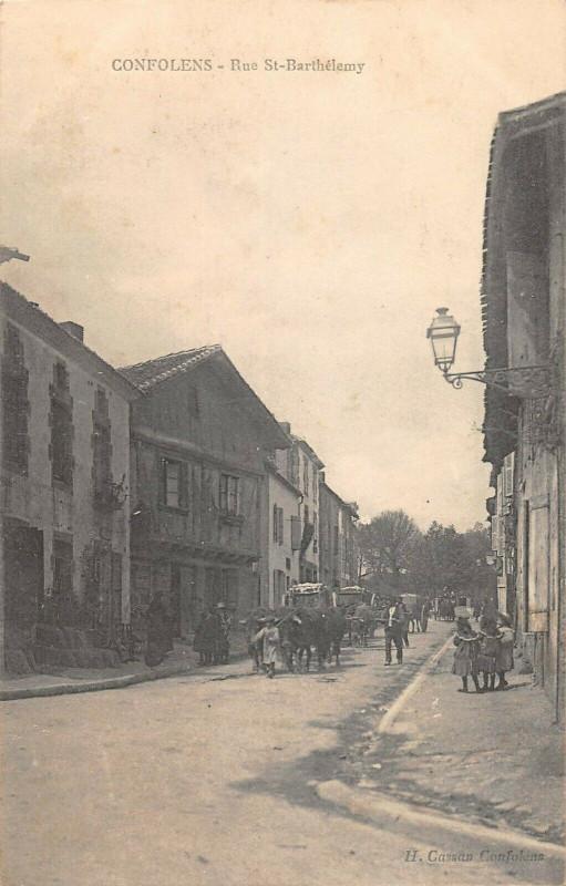 Carte postale ancienne Confolens Rue Saint Barthelemy à Confolens