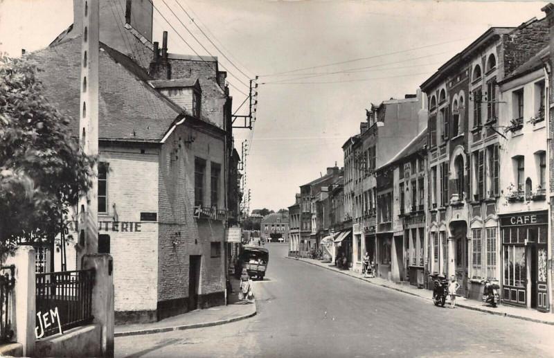 Carte postale ancienne Avesnes Sur Helpe La Rue De Mons à Avesnes-sur-Helpe