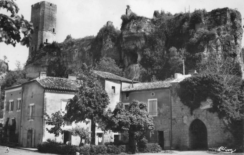 Carte postale ancienne Gavaudun L'Entree Du Chateau Et Le Donjon à Gavaudun