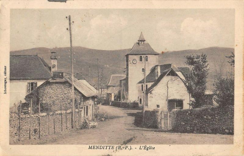 Carte postale ancienne Menditte L'Eglise à Menditte