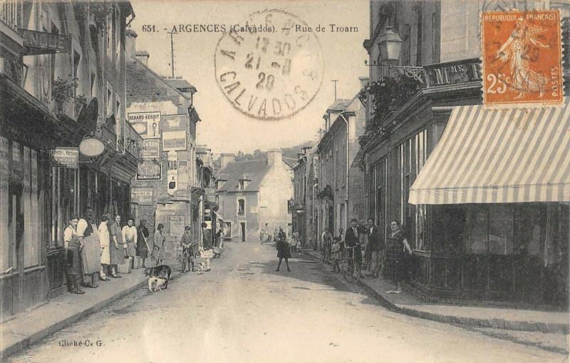 Carte postale ancienne Argences Rue De Troarn à Argences