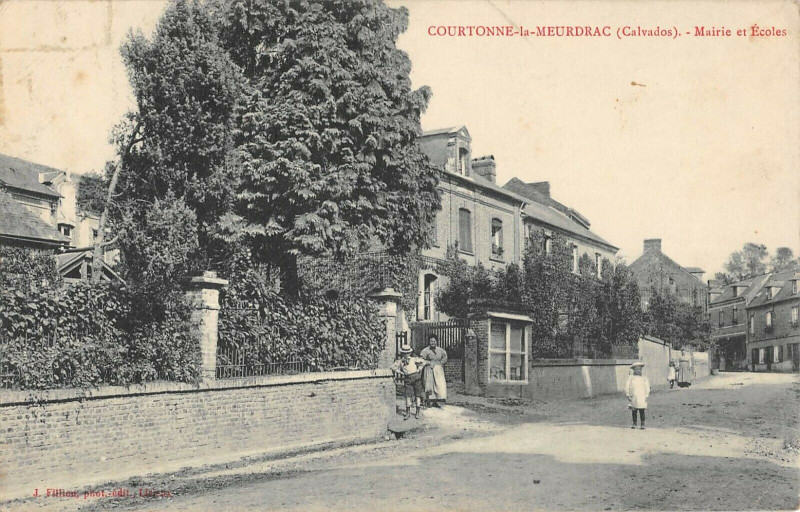 Carte postale ancienne Courtonne La Meurdrac Calvados Mairie Ecoles à Courtonne-la-Meurdrac