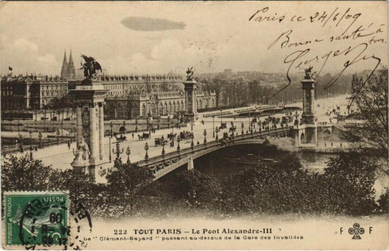Carte postale ancienne Le Pont Alexandre-III - Le Clément-Bayard passant au-dessus de la Gare des Invalides à Paris 8e
