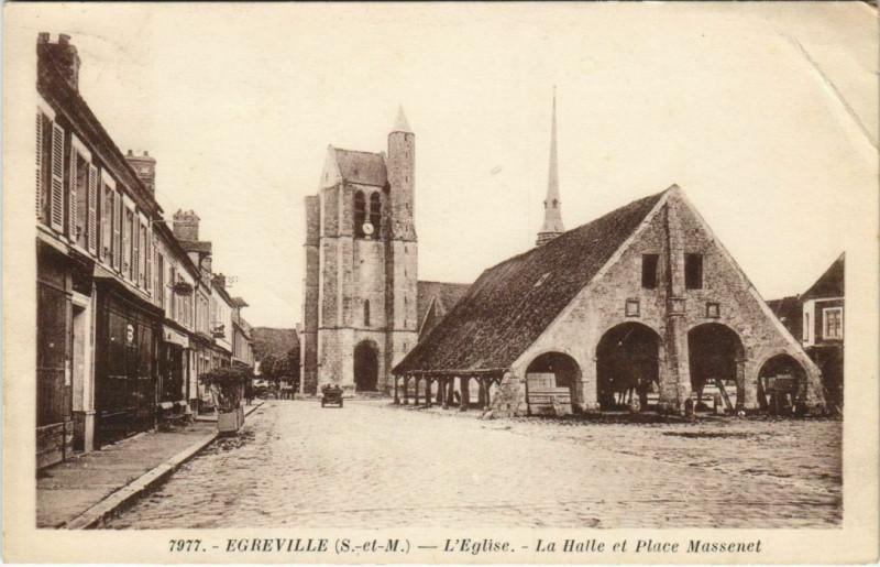Carte postale ancienne Egreville - L'Eglise - La Halle et Place Massenet à Égreville