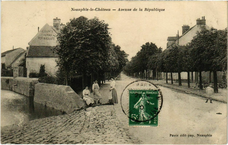 Carte postale ancienne Neauphle-le-Chateau - Avenue de la Republique à Neauphle-le-Château