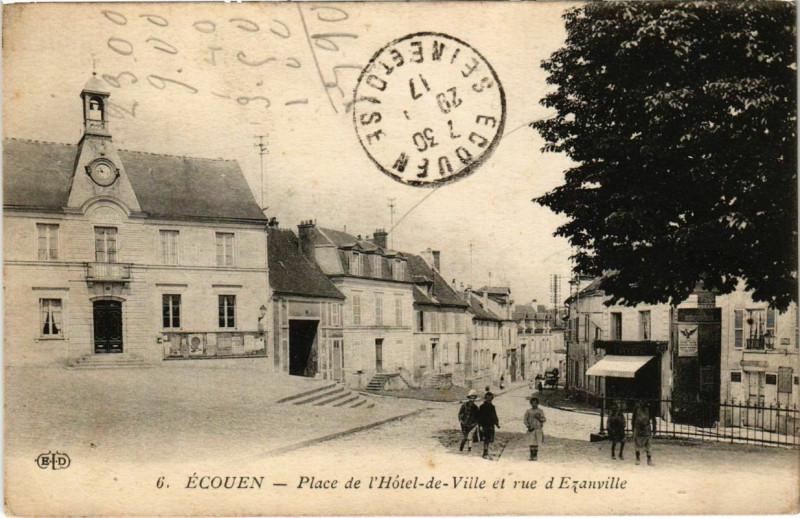 Carte postale ancienne Ecouen - Place de l'Hotel-de-Ville et rue d'Ezanville à Écouen