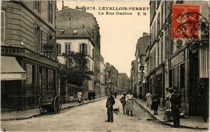 Carte postale ancienne Levallois-Perret - La Rue Danton à Levallois-Perret