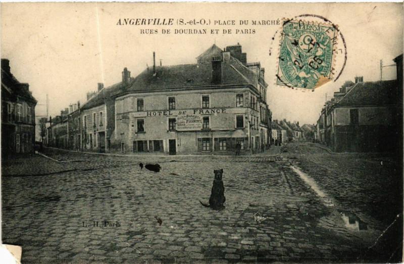 Carte postale ancienne Angerville - Place du Marché - Rues de Dourdan et de Paris à Angerville