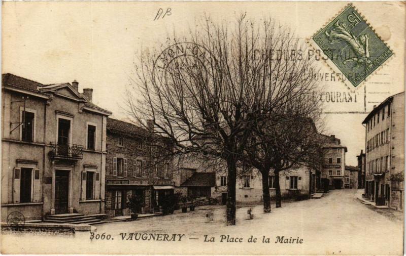 Carte postale ancienne Vaugneray - La Place de la Mairie à Vaugneray