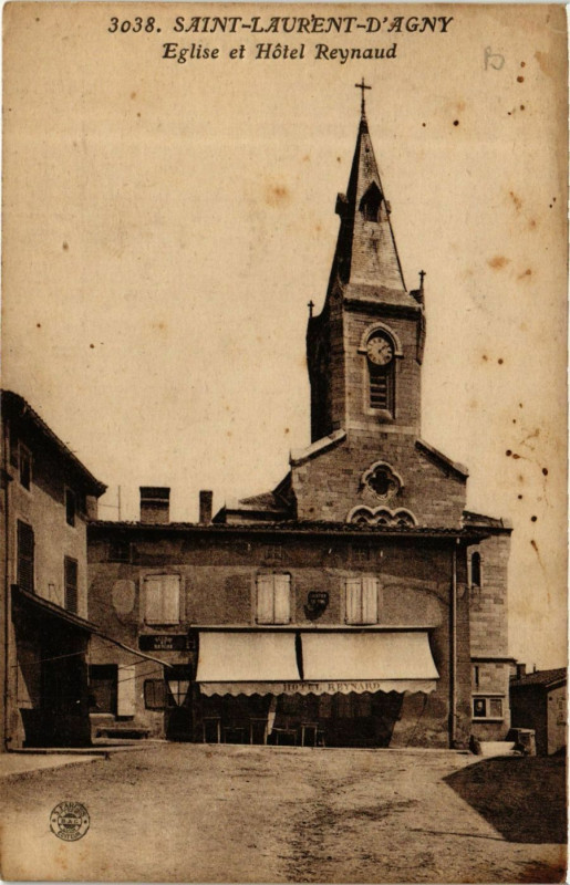 Carte postale ancienne Saint Laurent D'agny Eglise et Hotel Reynaud à Saint-Laurent-d'Agny