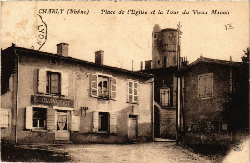 Carte postale ancienne Charly Place de l'Eglise et la Tour du Vieux Manoir à Charly