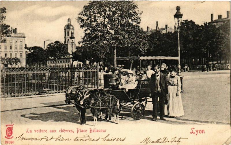 Carte postale ancienne Lyon - La Voiture aux chevres - Place Bellecour à Lyon