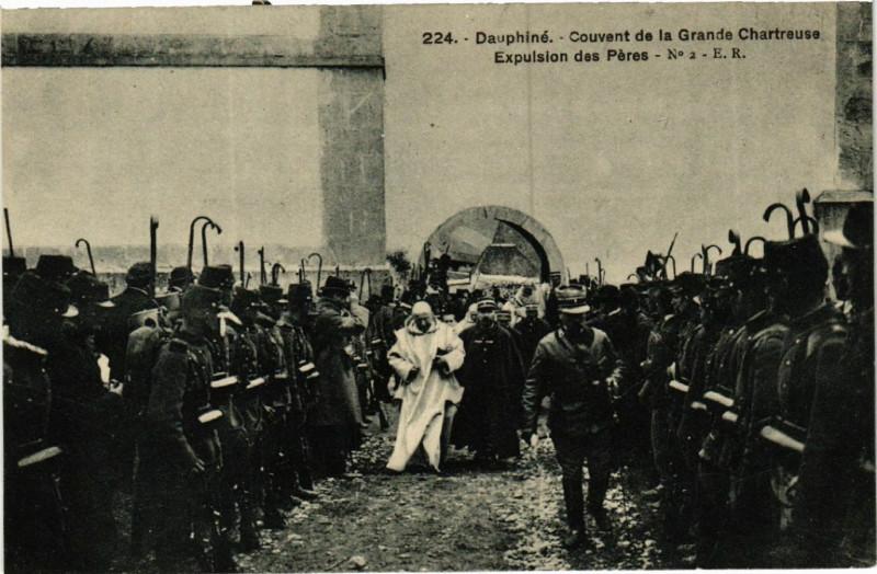 Carte postale ancienne Couvent de la Grande Chartreuse - Expulsion des Pères à Saint-Pierre-de-Chartreuse