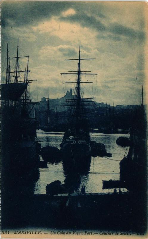 Carte postale ancienne Marseille Un coin du Vieux Port.Coucher de Soleil. à Marseille