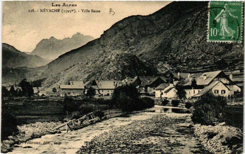 Carte postale ancienne Les Alpes - Névache (1595 m) - Ville Basse à Névache