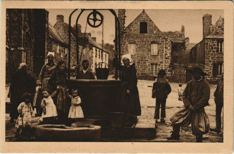Carte postale ancienne Locronan - Le Puits banal de la Place à Locronan