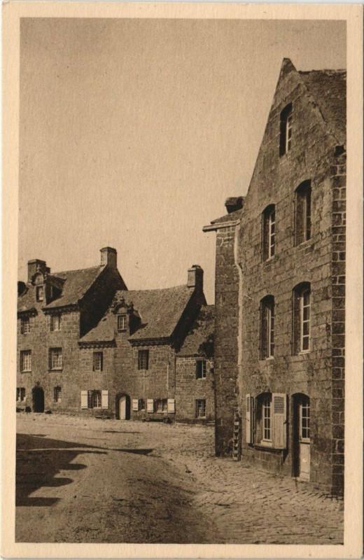 Carte postale ancienne Locronan - Entrée de la Place par la route à Locronan
