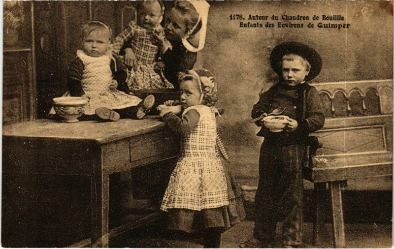 Carte postale ancienne Autour du Chaudron de Bouillie - Enfants des Env. De Quimper à Quimper