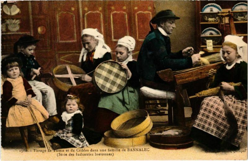 Carte postale ancienne Tissage du Tamis&de Cribles dans une Famille de Bannalec France à Bannalec