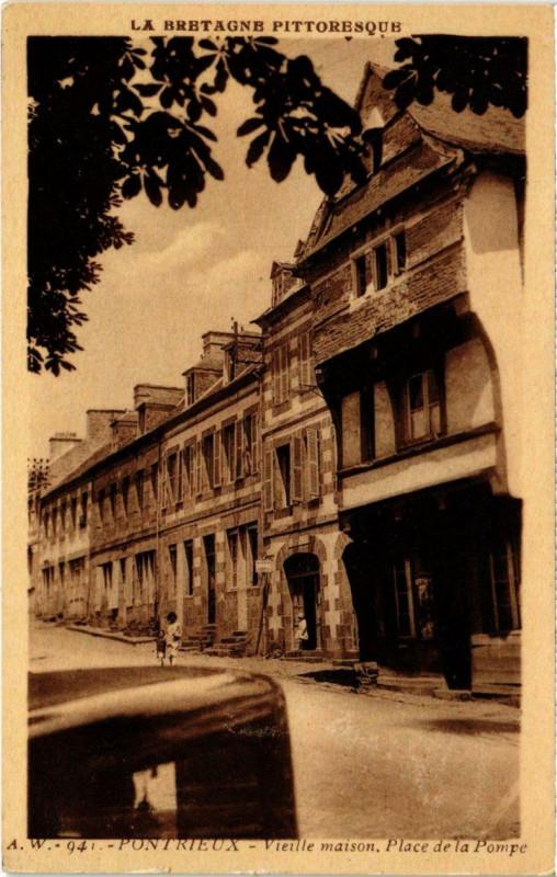 Carte postale ancienne Pontrieux - Vieille maison Place de la Pompe à Pontrieux