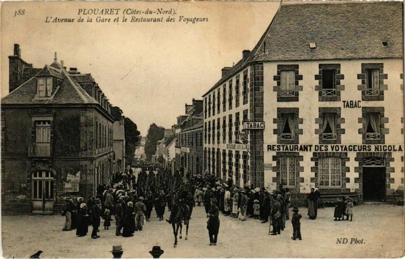 Carte postale ancienne Plouaret - L'Avenue de la Gare et le Restaurant à Plouaret