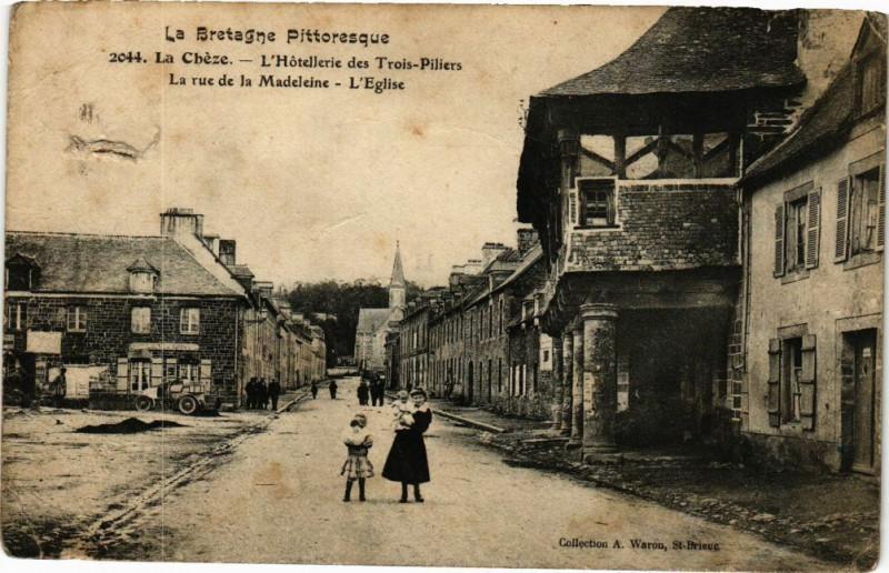Carte postale ancienne La Cheze-L'Hotellerie des Trois Pilliers-La rue de la Madeleine à La Chèze