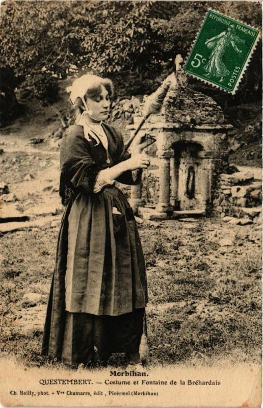 Carte postale ancienne Questembert - Costume et Fontaine de la Brehardais à Questembert