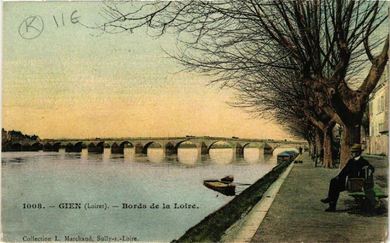 Carte postale ancienne Gien - Bords de la Loire à Gien