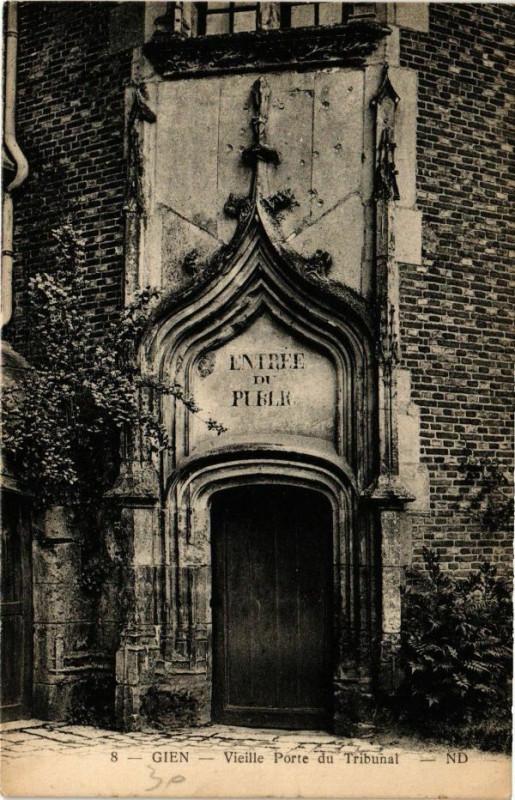 Carte postale ancienne Gien - Vieille Porte du Tribunal à Gien