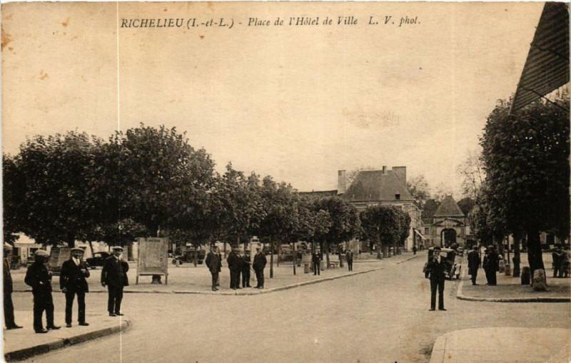 Carte postale ancienne Richelieu Place de l'Hotel de Ville à Richelieu