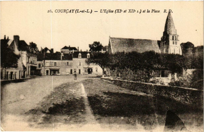 Carte postale ancienne Courcay Eglise et la Place à Courçay