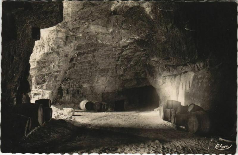 Carte postale ancienne Bourgueil Intérieur des Caves de Chevrette à Bourgueil