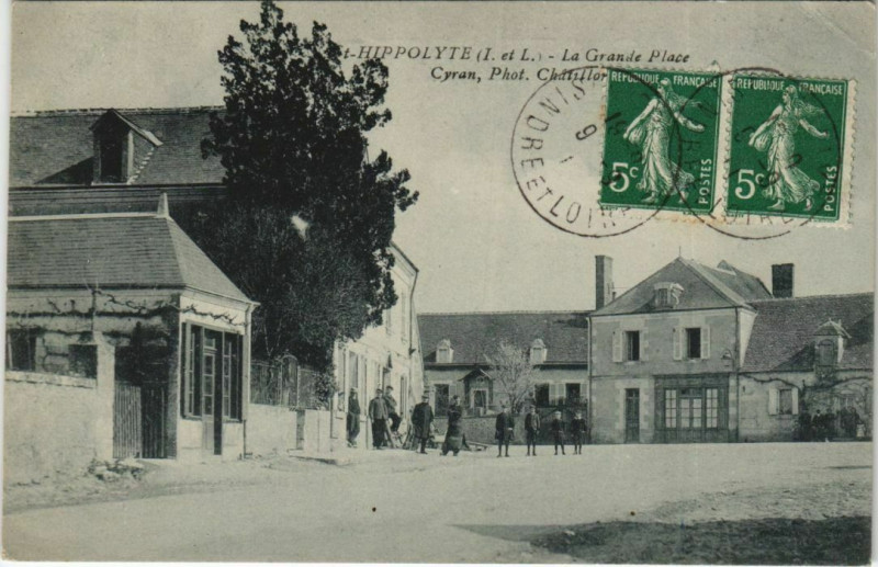 Carte postale ancienne Saint-Hippolyte - La grande place à Saint-Hippolyte