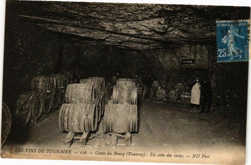 Carte postale ancienne Les Vins Touraine - Caves du Bourg (Vouvray) Un coin des caves à Vou