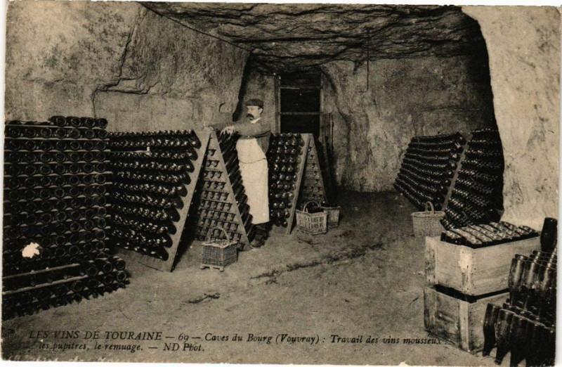 Carte postale ancienne Les Vins de Touraine - Caves du Bourg (Vouvres) - Travail des vins à Vou
