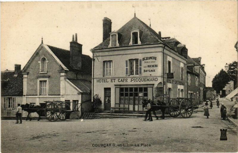 Carte postale ancienne Courcay - La Place à Courçay