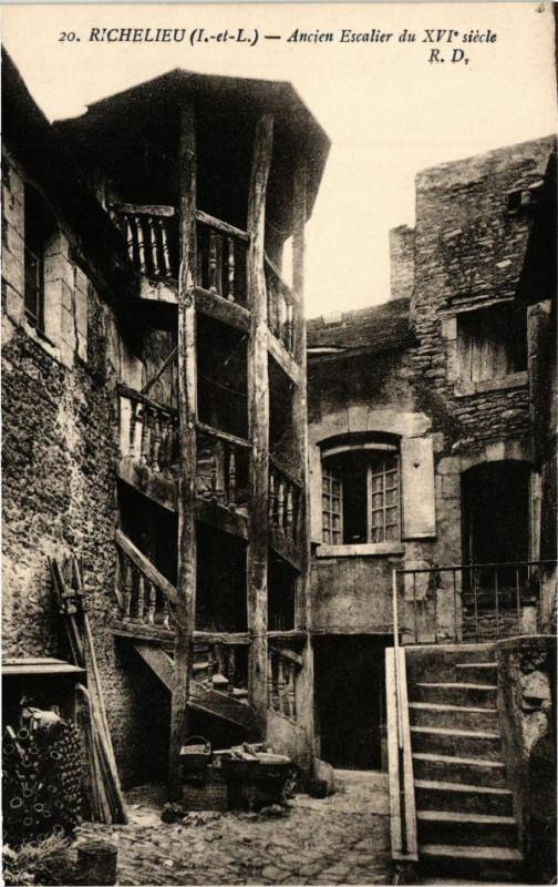 Carte postale ancienne Richelieu (I.-et-L.) - Ancien Escalier du Xvi siécle à Richelieu