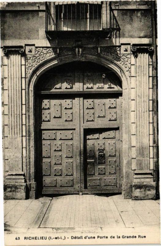 Carte postale ancienne Richelieu - Détail d'une Porte de la Grande Rue à Richelieu